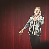 Spelar och sjunger gör också Alvin Bjelkendal.