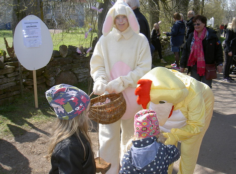 I år kom både påskharen och kycklingen på besök med godis till barnens stora förtjusning.