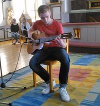 Anton Arvefalk framträdde med ett verkligt fint gitarrsolo!