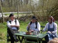 Trädgårdsteater: Olof Lolk, Kalle Jacobsson och Yvonne Lolk spelar ut i Arvingen.