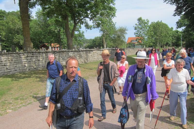 Lennart Nilsson ledde en stor skara intresserade, både sommarölänningar och bofasta Runstensbor.