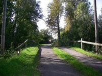 Här leder vägen över den gamla stenbron in till malmen.